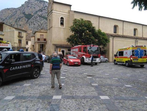 Civita, la piazza luogo di raccolta dei soccorsi (Ansa)