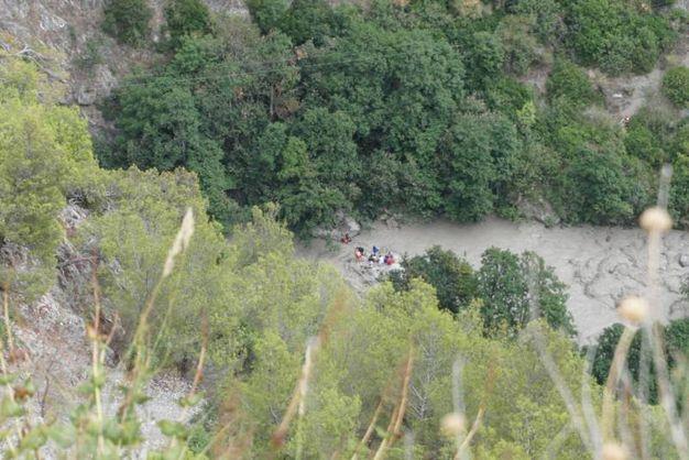 I soccorsi dopo la piena del torrente Raganello, nel parco del Pollino (Ansa)