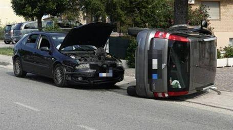 L'auto capovolta su un lato (foto Zeppilli)