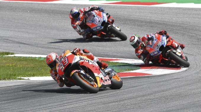 Marquez, Lorenzo e Dovizioso in azione durante lo scorso gp (Ansa)