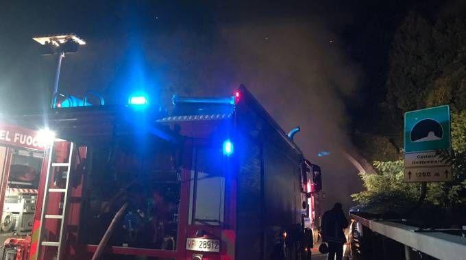 Il camion ha preso fuoco in una galleria dell'A14 (foto Luciani)