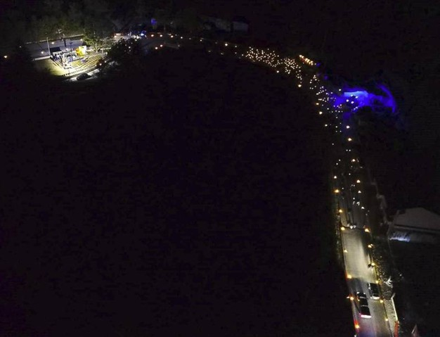 Un'immagine dall'alto dello spettacolo delle fiaccole (Foto Ansa)