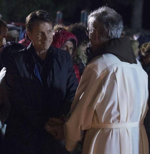 Ancora il primo ministro, a colloquio con un sacerdote (Foto Ansa)