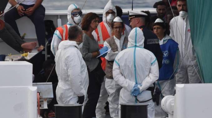 Laura Boldrini a bordo della nave Diciotti (Lapresse)