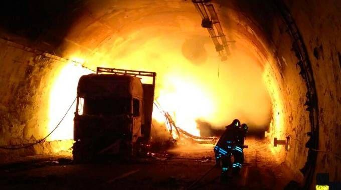 Il camion che ha preso fuoco ha gravemente danneggiato la galleria