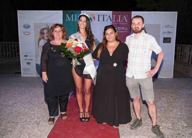 Da sinistra: il sindaco di Grizzana, Graziella Leoni, la prima classificata, Federica Guzzardo, e due degli organizzatori, Mariella Sileo e Cristiano Caleffi (Foto Marchi)