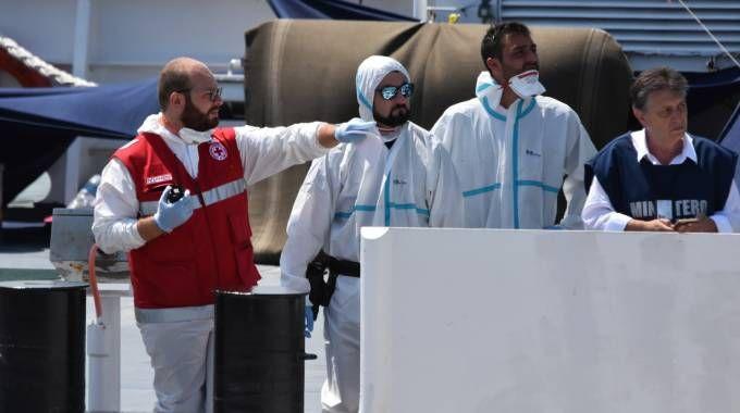 Immigrati, i controlli sanitari sulla nave Diciotti (Lapresse)