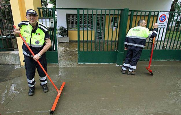 Il Seveso è esondato alle 20.25 in via Valfurva, in zona Niguarda, a Milano, a causa dei forti temporali che si sono scatenati tra Milano e Paderno Dugnano.