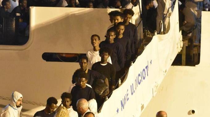 Lo sbarco dei migranti dalla nave Diciotti (Ansa)