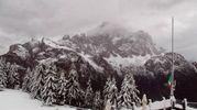 Rifugio Belvedere con Monte Civetta sulle Dolomiti innevato (Ansa)