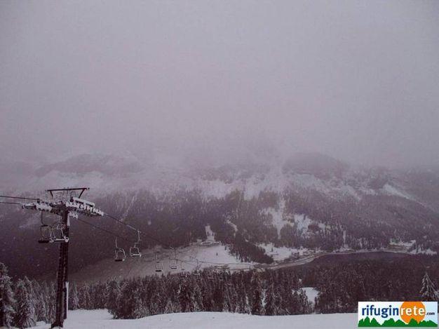 Col de Varda con il lago di Misurina sulle Dolomiti innevato (Ansa)