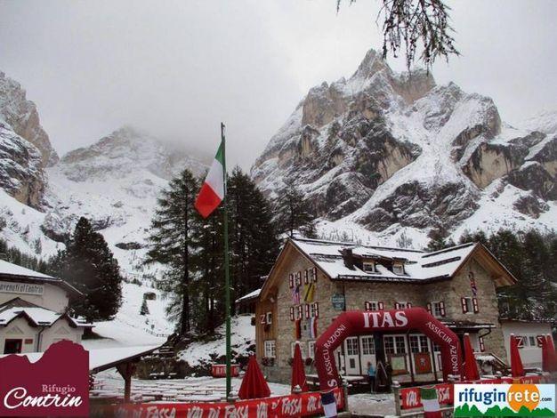 Rifugio Contrin sulle Dolomiti innevato (Ansa)