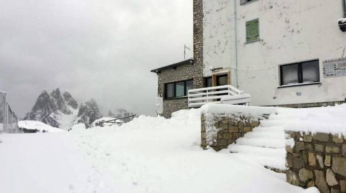 Meteo, la neve al Rifugio Auronzo alle Tre Cime di Lavaredo (Ansa)