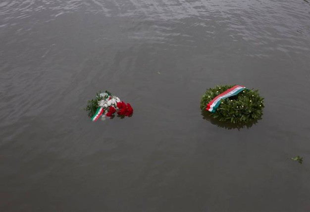 Le corone dedicate a Muti nel canale (foto Corelli)