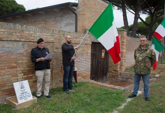 La fittizia intitolazione a Muti di una porzione di via Roma, rivendicata da Forza Nuova, attraverso un cartello toponomastico creato ad hoc (foto Corelli)