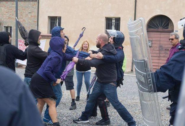Spintoni e insulti (foto Corelli)