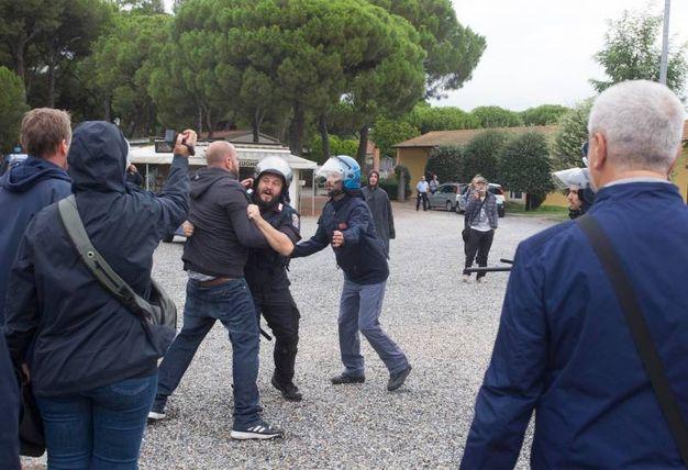 Gli scontri tra gli antagonisti e la polizia antisommossa (foto Corelli)