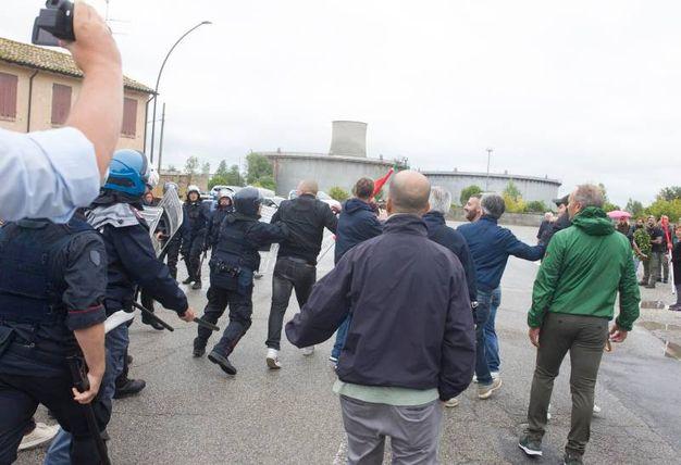 La corsa e la reazione dei più agitati (foto Corelli)