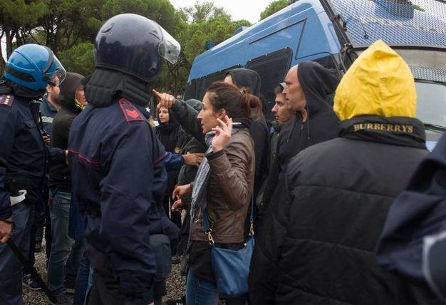La discussione tra i militanti di sinistra e le forze dell'ordine (foto Corelli)