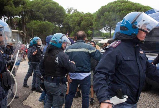 Tensione tra antifascisti e fascisti (foto Corelli)