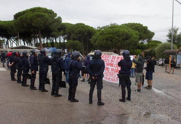 Militanti delle frange della sinistra locale attendono con striscione il corteo (foto Corelli)