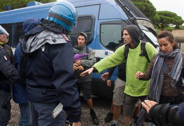 Discussioni tra militanti e polizia (foto Corelli)
