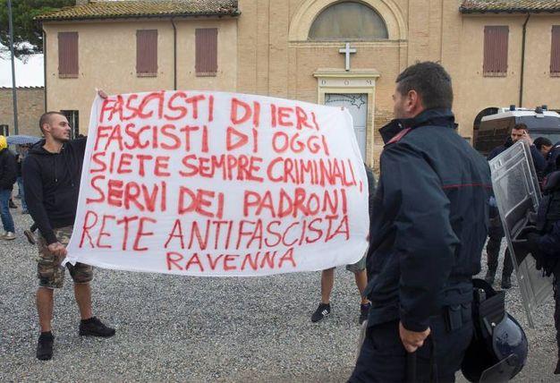 Gli slogan antifascisti (foto Corelli)