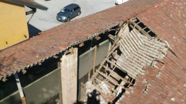 Il tetto crollato della cascina