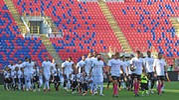 L'entrata in campo delle squadre (foto LaPresse)