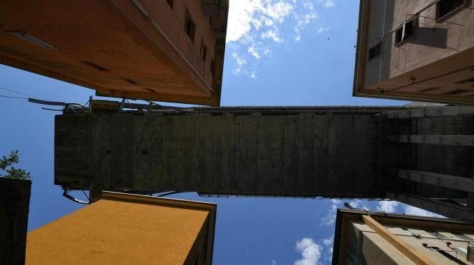 Troncone del ponte Morandi rimasto in piedi (Ansa)