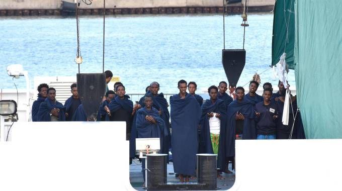 I migranti a bordo della nave Diciotti, a Catania (Ansa)