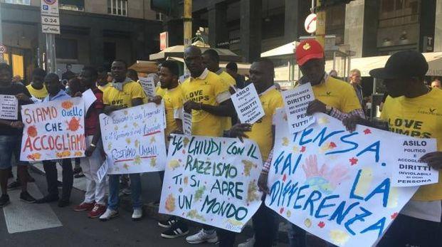 Migranti manifestano in piazza San Babila (Omnimilano)