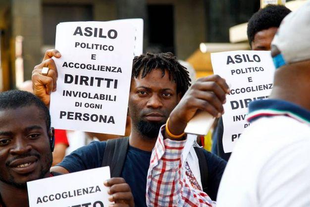 Protesta in piazza San Babila contro l'incontro Salvini-Orban (Lapresse)