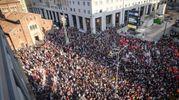 Piazza San Babila gremita di manifestanti (Lapresse)
