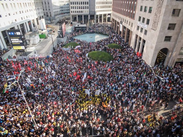 La protesta in San Babila (LaPresse)