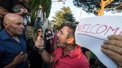 Scontro tra cittadini favorevoli all'arrivo dei migranti e cittadini contrari (Imagoeconomica)