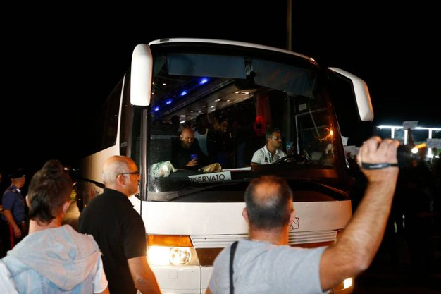 L'arrivo dei migranti in pullman (Lapresse)
