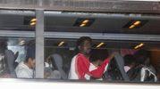L'arrivo dei migranti in pullman (Ansa)