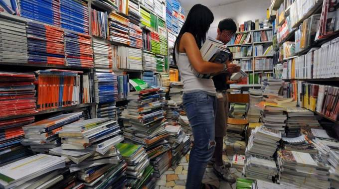 Ragazzi comprano il materiale per il nuovo anno scolastico (Newpress)