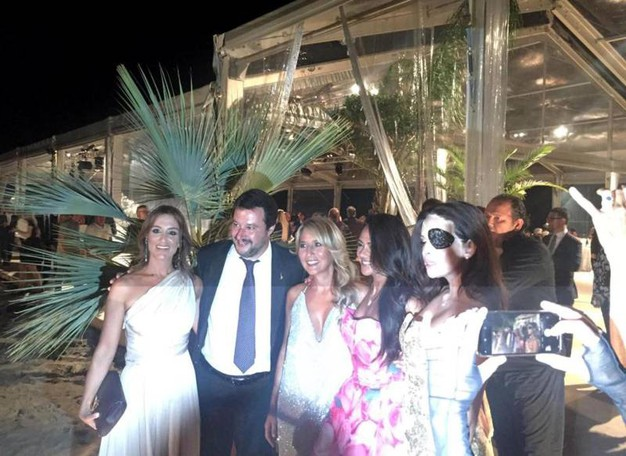 Matteo Salvini, alla cena di apertura del Festival del cinema di Venezia, con Francesca Carollo, Giusy Versace, Jo Squillo, Gessica Notaro (Ansa)
