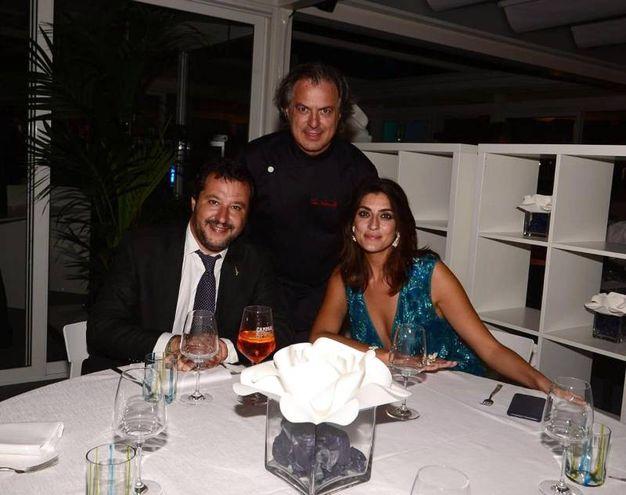 Il vicepremier e ministro dell'Interno, Matteo Salvini, con la compagna Elisa  Isoardi, durante la cena al ristorante di Tino Vettorello (al centro) (Ansa)