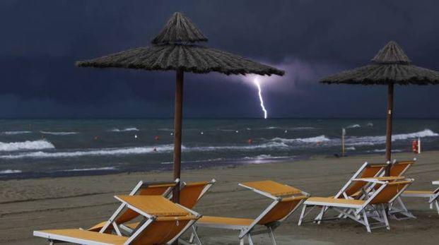 Previsioni meteo, weekend di maltempo. Foto d'archivio: un fulmine sul mare (Ansa)