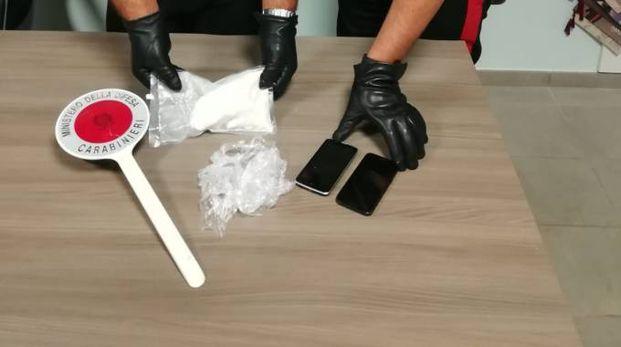I carabinieri mostrano la droga sequestrata (Foto Zeppilli)
