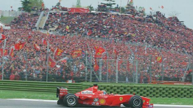La Ferrari passa davanti a un muro rosso a Imola