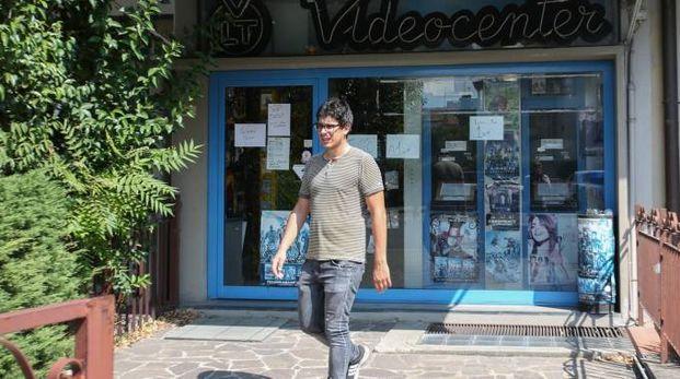 Il negozio Videocenter di viale Petrarca che sta per chiudere i battenti, messo alle corde da Netflix