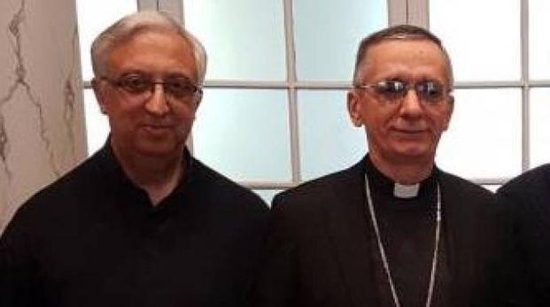 Don Angelo Frassi (a sinistra) con il vescovo monsignor Daniele Gianotti