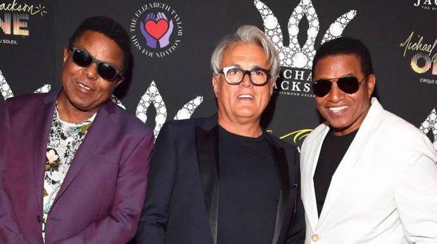 Zanotti tra Tito e Jackie Jackson, con le scarpe create in memoria del 're del pop'