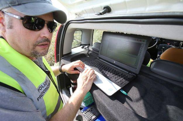 Polizia provinciale, controlli a Isola d'Arbia sulle auto  per scoprire chi non ha fatto la revisione o rinnovato l'assicurazione (Foto Di Pietro)