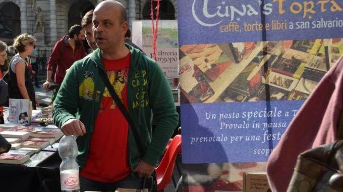 Beppe Marchetti durante un mercatino di libri