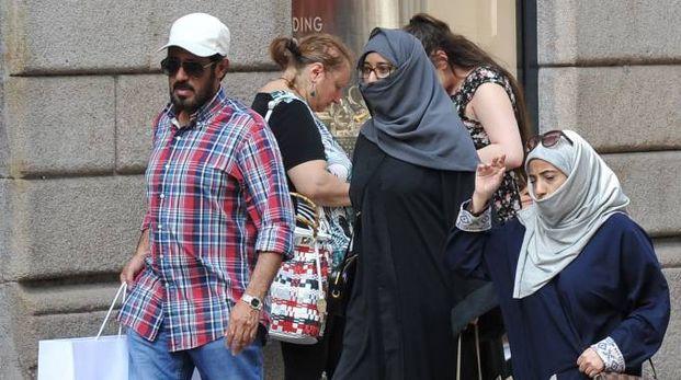 Turisti arabi fanno shopping in via Montenapoleone